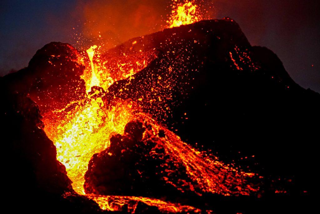火山 アイスランド 噴火 夜